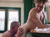 Papá y yo si que follamos a menudo.. Hoy en la cocina!