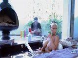 El jardinero ve a la señora de la casa mientras se da un baño..