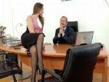 La nueva secretaria sabe cómo poner bien cachondo al jefe