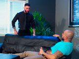 El jefe le pilla cascándose una paja en el trabajo y lo castiga