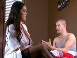 La dulce enfermera sabe sin duda como tratar al paciente