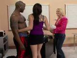 La profesora se monta un trio con dos de sus alumnos