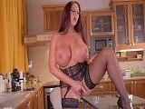 Emma Butt se hace una paja en la cocina para su hijo
