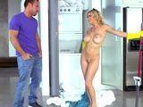 No me lo puedo creer, la chacha limpiando desnuda !!