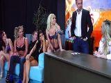 Estrellas porno haciendo una orgía en el plató de televisión