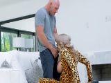 Alyssa Lynn tragando una polla con el vestido de tigresa