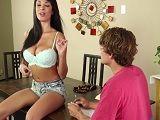 Anissa Kate pone muy cachondo a un amigo de su novio
