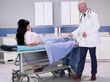La paciente que se siente atraída por el apuesto doctor