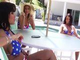 Mamá y sus dos amigas pasan la tarde en la piscina