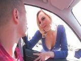 La prostituta rubia encandila a un cliente muy salido en el coche