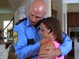 El policía es muy bueno, detiene a mi marido y me folla bien duro