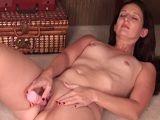 La zorra madura se masturba a placer en la cama