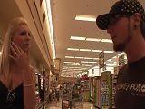 Le ayuda con la compra y ella sabe agradecérselo bien