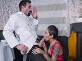 La camarera se acaba follando a uno de los cocineros
