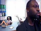 La secretaria con muchas ganas de follar con su jefe negro
