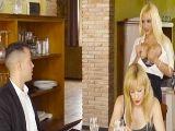 La camarera no deja de poner caliente a este cliente con pareja!