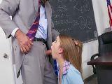 Ella es una estudiante obediente, hace lo que le dice el profesor..