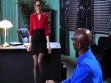 Riley Reid no para de hacerle morritos a su cliente negro y claro..