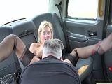 Rubia follada por un taxista, que morbosa..
