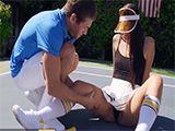 El profesor particular de tenis le taladra el coño sin piedad